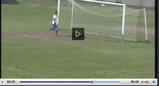 Video clamoroso errore dell'attaccante a porta vuota!