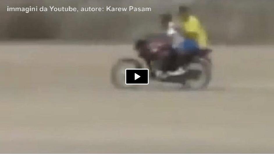 Video, portiere rientra tra i pali in motocicletta