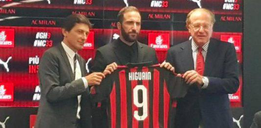 Milan, Higuain riceve il Tapiro d'oro di Striscia la Notizia