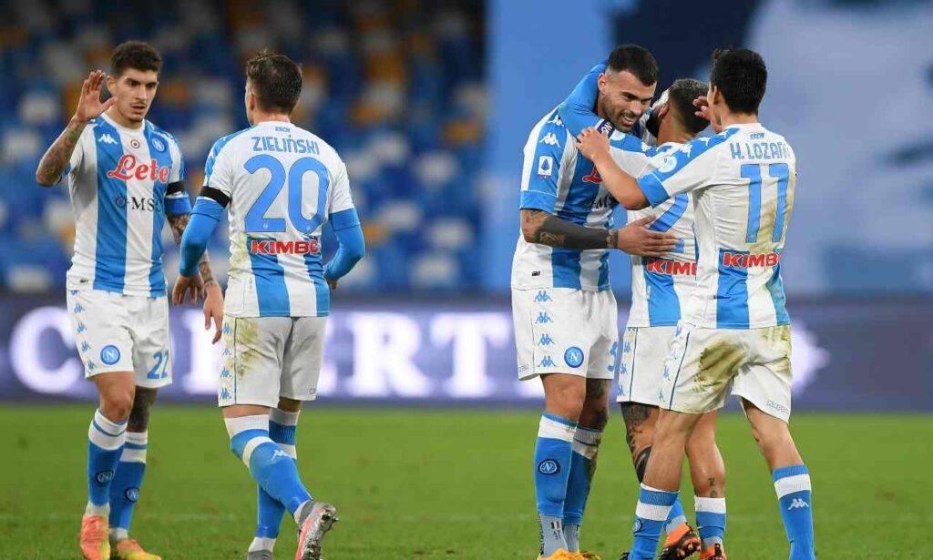 Petagna festeggiato dai compagni per il 2-1 del Napoli
