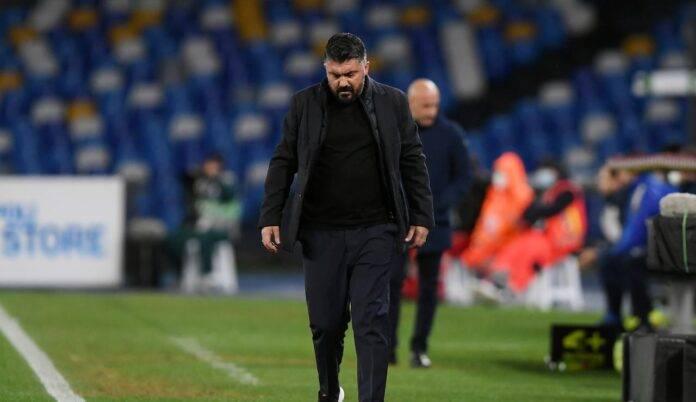 L'allenatore del Napoli, Gattuso, cammina pensieroso sul campo