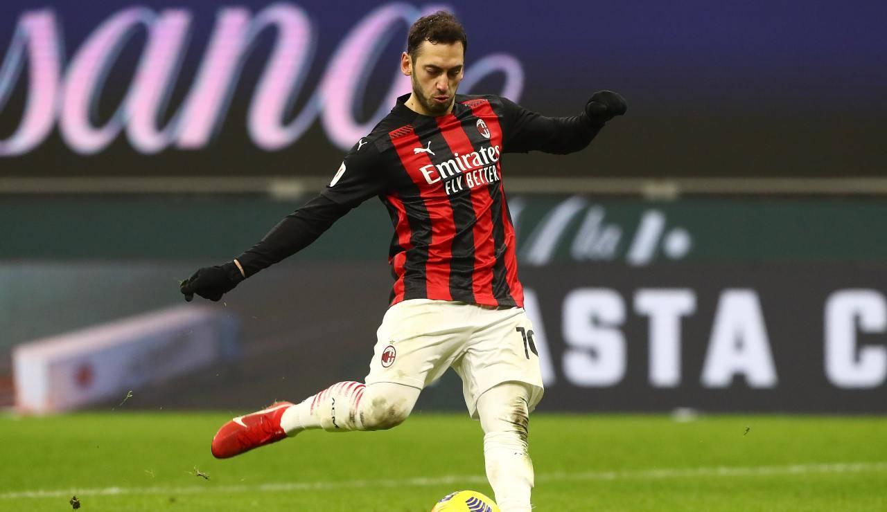 Hakan Calhanoglu mentre calcia il rigore decisivo con il Torino in Coppa Italia