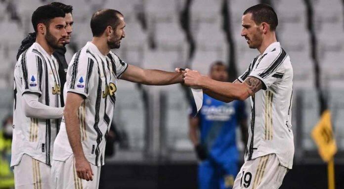 Bonucci consegna la fascia di capitano a Chiellini