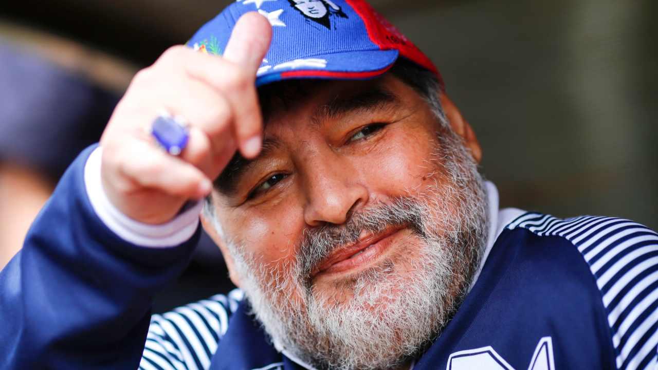 Diego Armando Maradona saluta