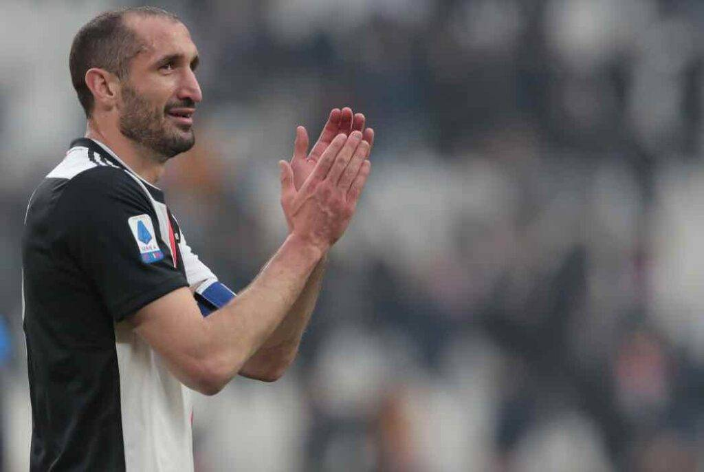 Chiellini applaude in campo