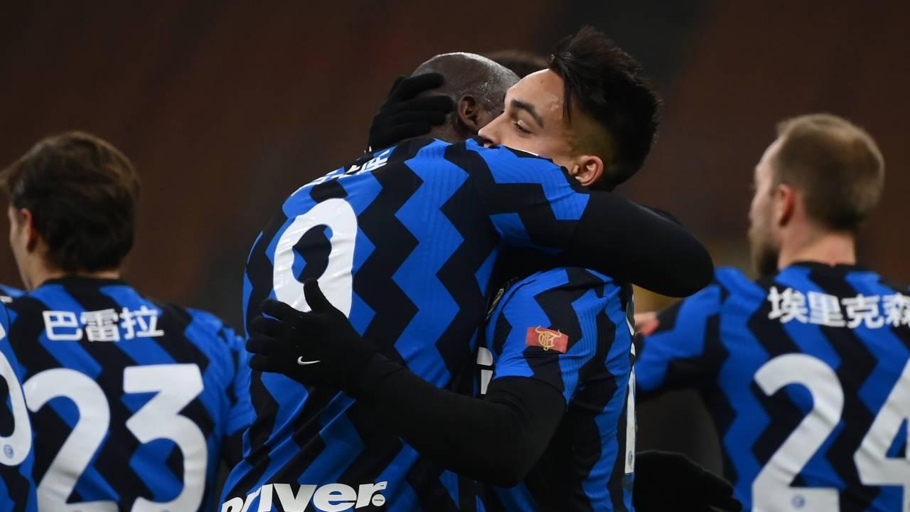 Lukaku e Lautaro s'abbracciano
