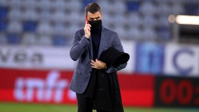 Paolo Maldini al telefono