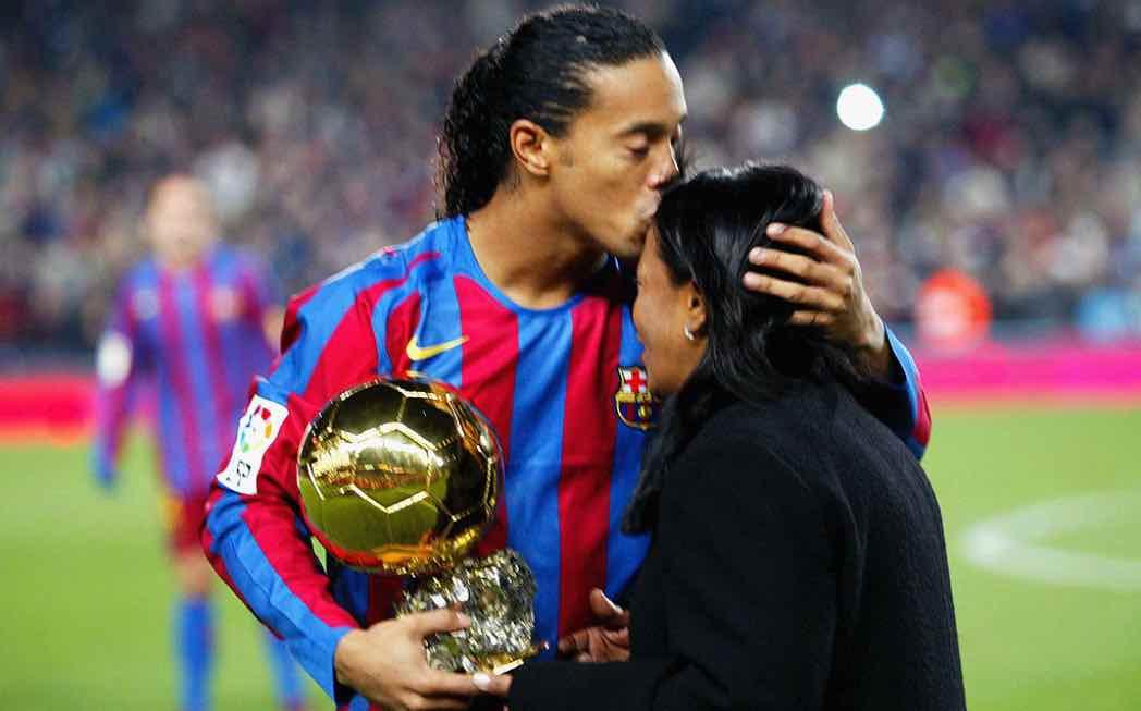 Ronaldinho bacia la fronte della madre