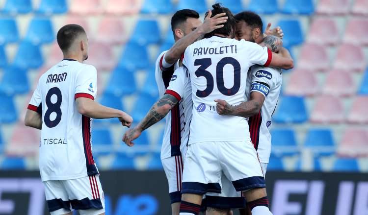 Il Cagliari esulta al gol di Joao Pedro