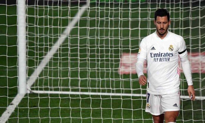Hazard abbandona il campo sconsolato dopo uno dei suoi tanti infortuni