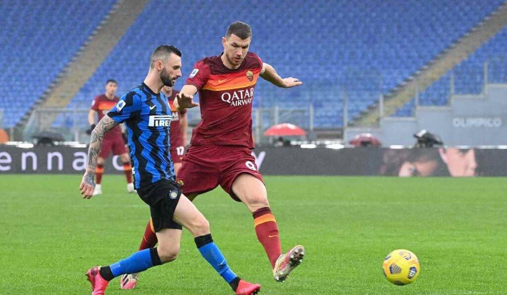 Dzeko e Brozovic si contendono il pallone in Roma-Inter