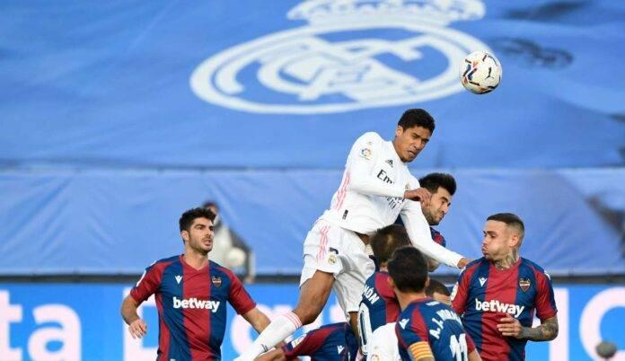 Stacco imperioso di Varane che segna per il Real Madrid