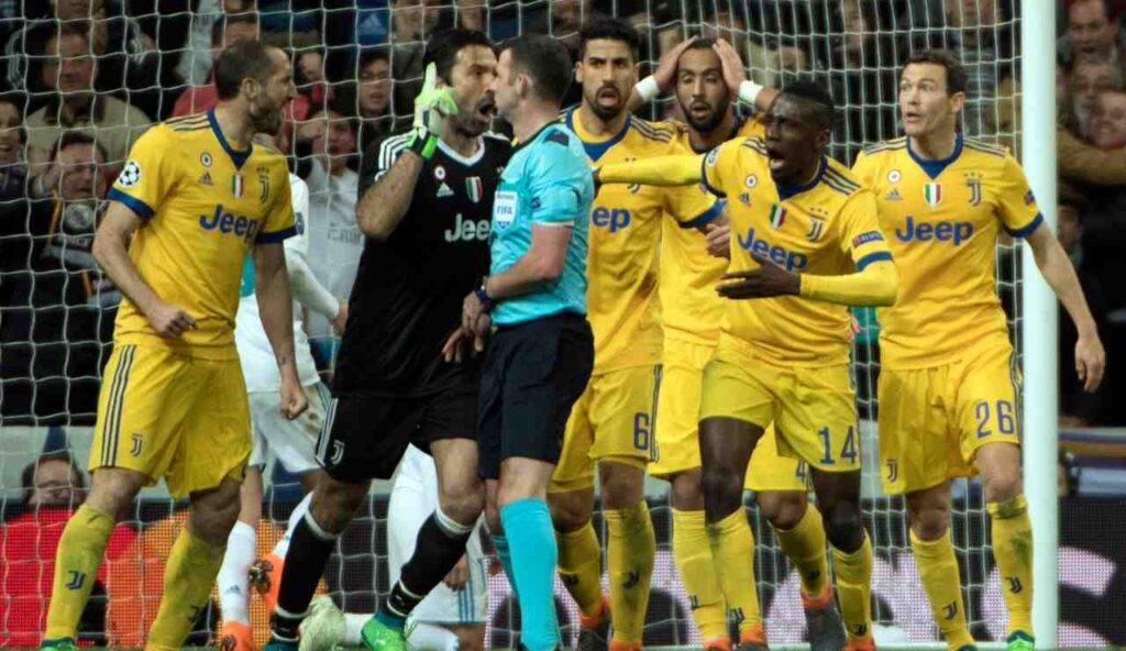 Faccia a faccia tra Buffon e l'arbitro Oliver