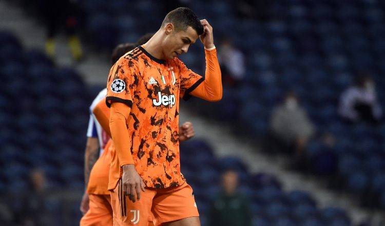 Cristiano Ronaldo si tocca la testa