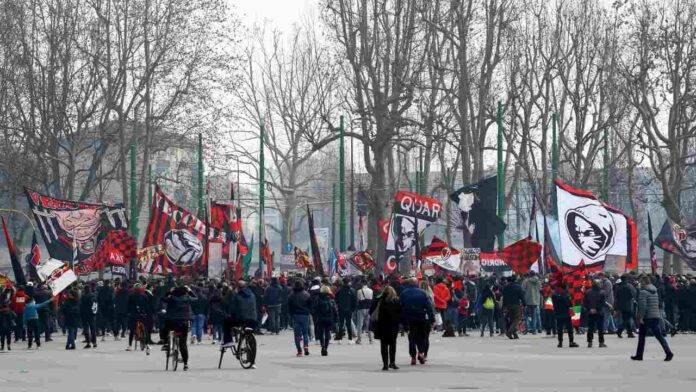 Tifosi del Milan all'esterno di San Siro