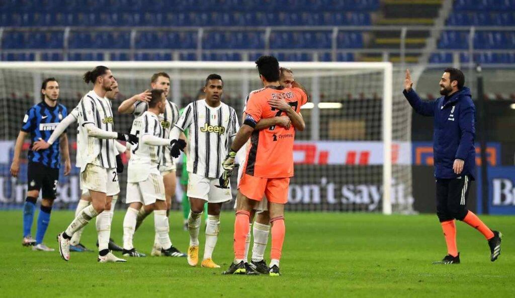 Buffon festeggia con i suoi compagni la vittoria sull'Inter