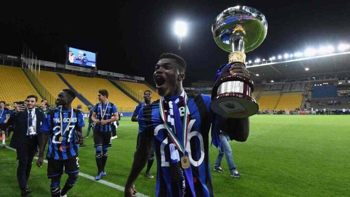 Willy Braciano Ta Bi alza il trofeo