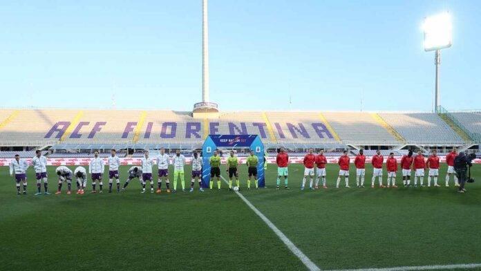 Fiorentina-Milan squadre schierate in campo