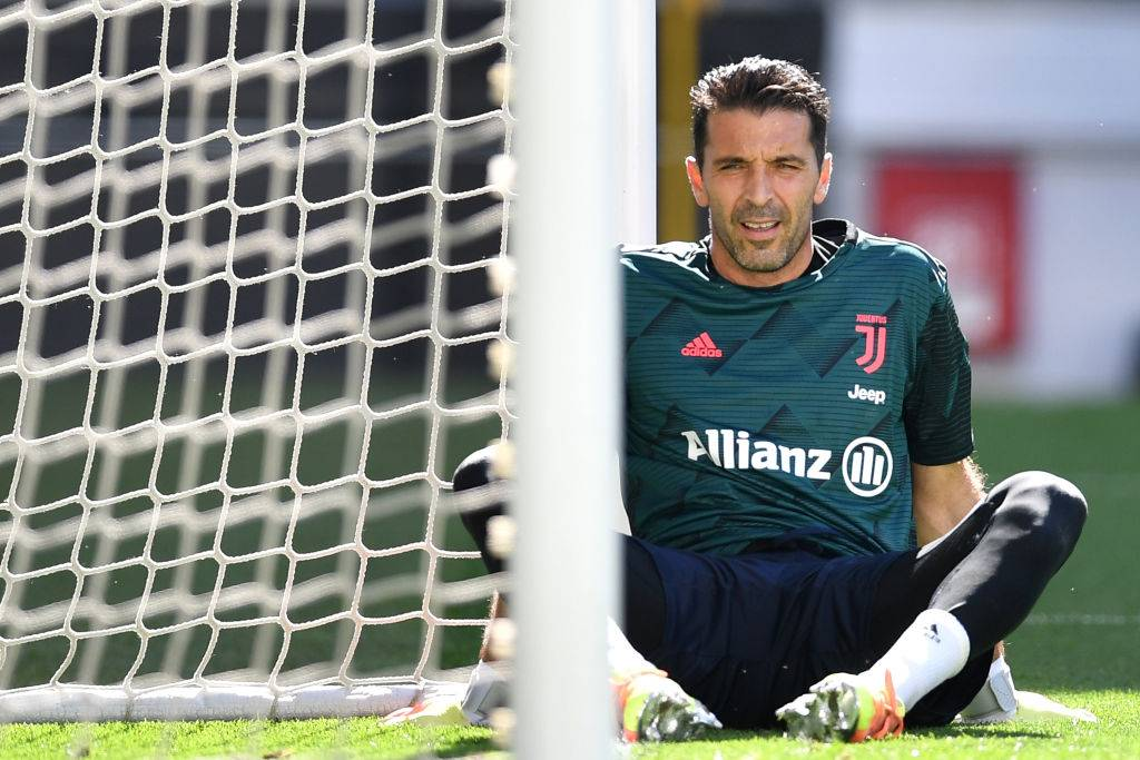 Buffon seduto in campo
