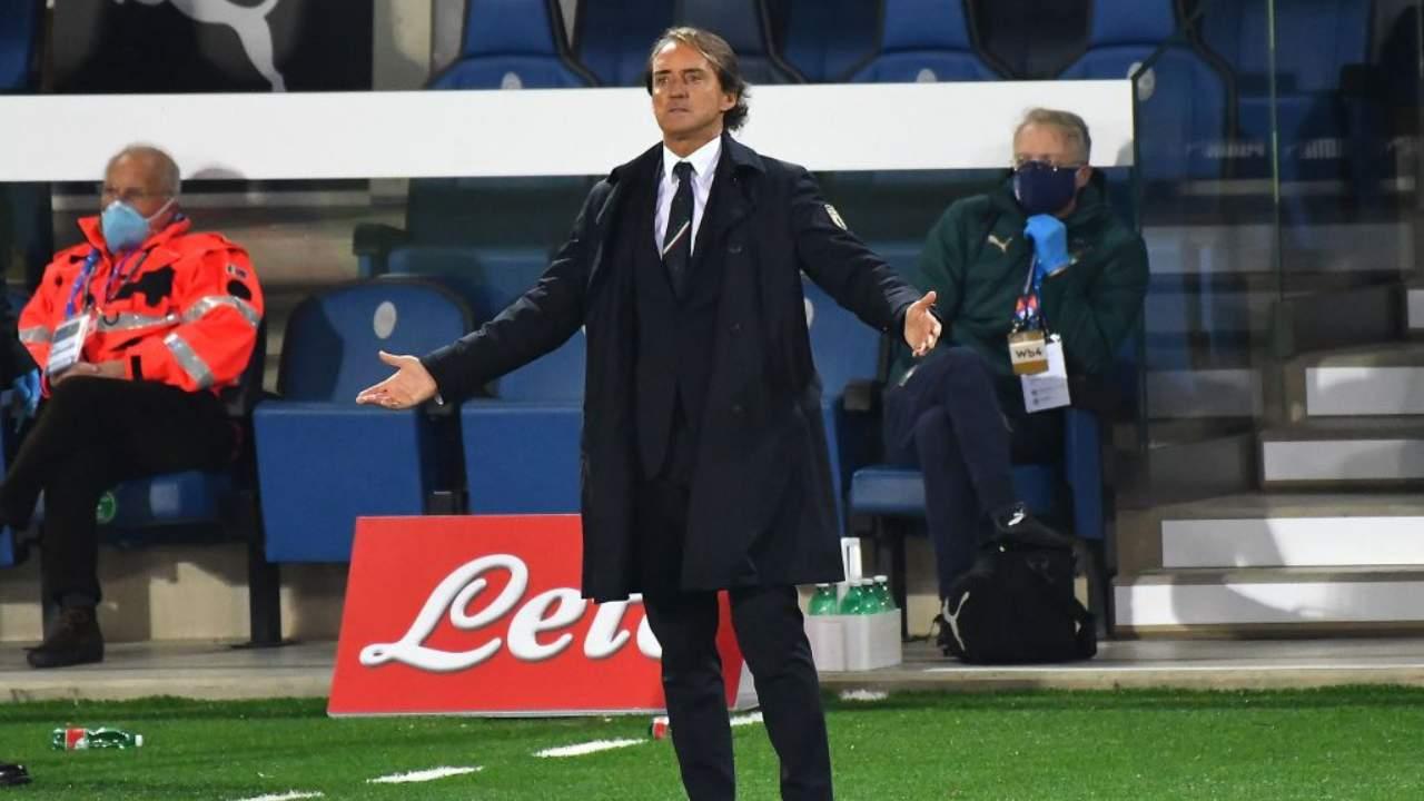 Mancini allarga le braccia