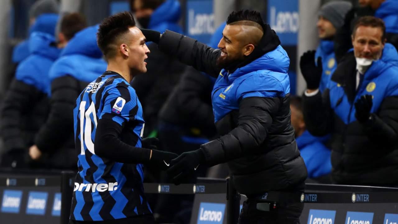 Vidal abbraccia Lautaro Martinez