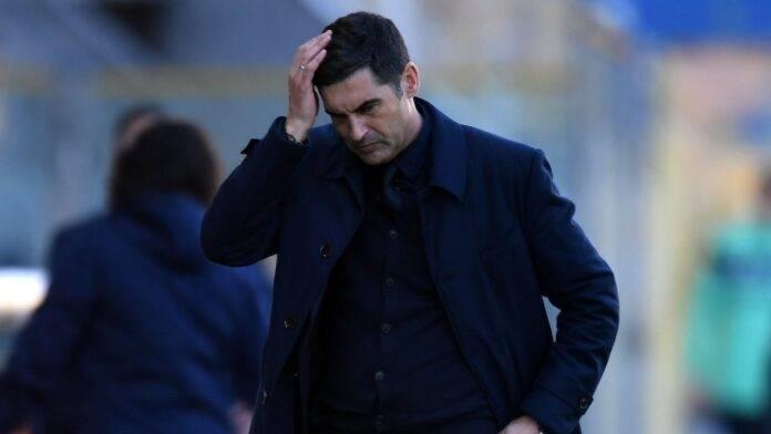 Paulo Fonseca con la mano in testa