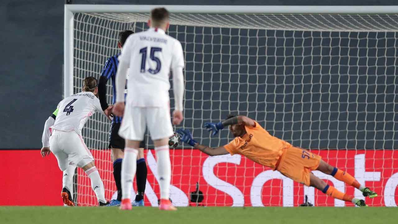 Sergio Ramos calcia il rigore