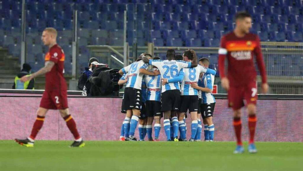 Il Napoli esulta al gol di Mertens contro la Roma