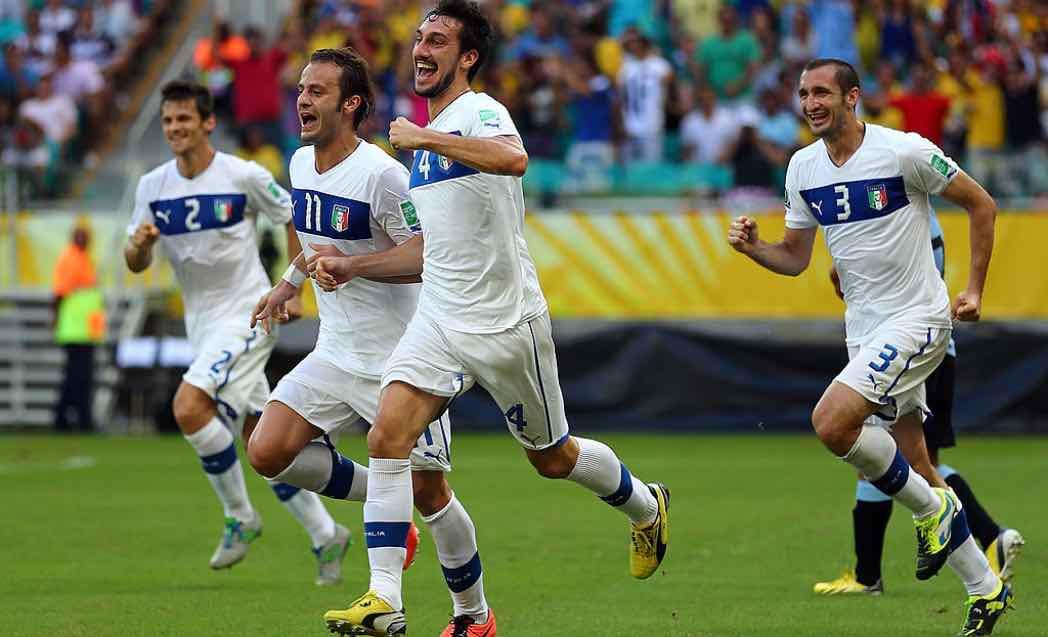 Astori esulta dopo il gol all'Uruguay con l'Italia