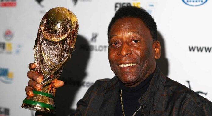 Pelé con la Coppa del Mondo