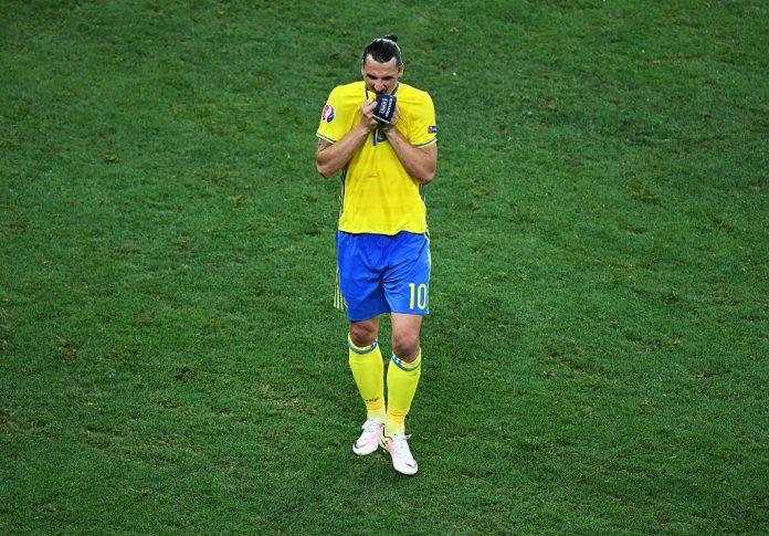 Ibrahimovic all'uscita dal campo con la Svezia