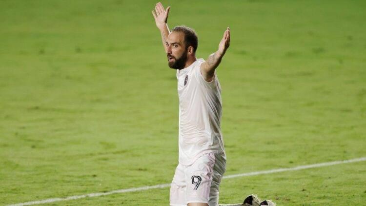 Gonzalo Higuain con le braccia larghe