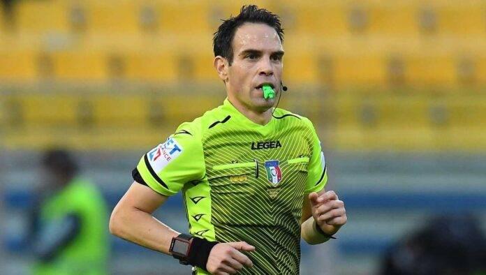 L'arbitro Valerio Marini con il fischietto alla bocca