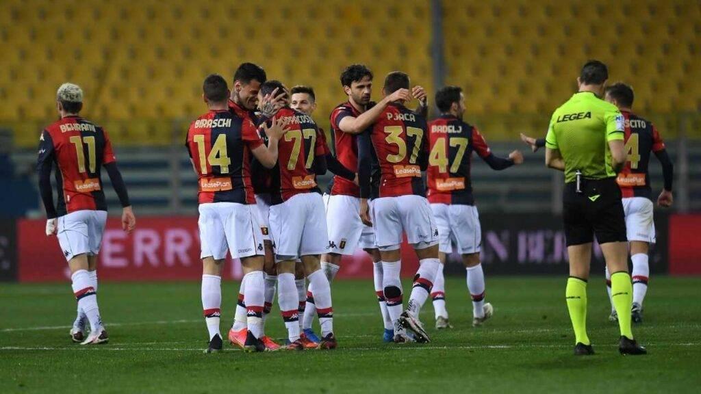 I giocatori del Genoa abbracciano Scamacca