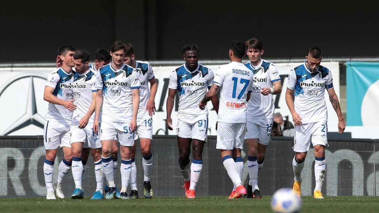 Esultano i giocatori dell'Atalanta dopo un gol