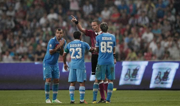Gargano, Behrami e Pandev a colloquio con l'arbitro Mazzoleni