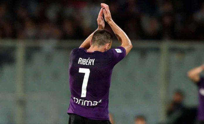 Ribery applaude all'uscita dal campo con la Fiorentina