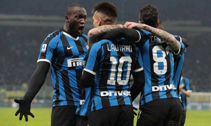 Lautaro e Lukaku si abbracciano dopo un gol con l'Inter