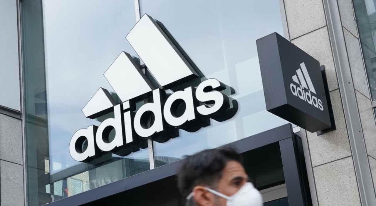 Stemma Adidas all'esterno di un negozio