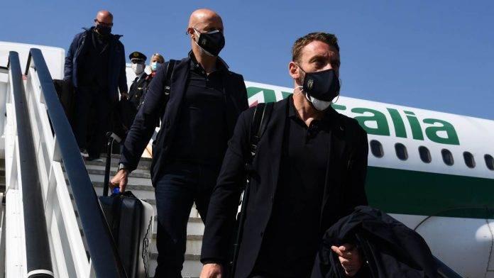 Daniele De Rossi scende dall'aereo