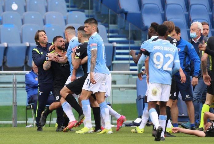 Lazio-Spezia, rissa in campo tra Agudelo e Lazzari