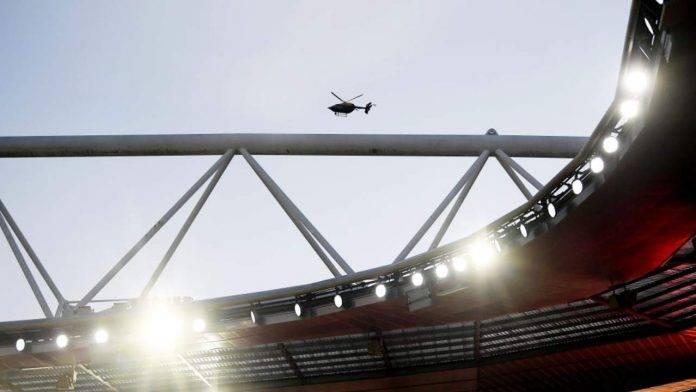 Elicottero vola sopra l'Emirates