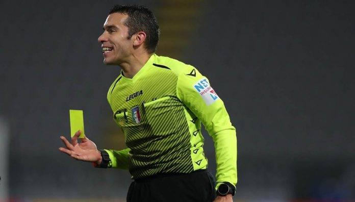 L'arbitro Marco Piccinini con il cartellino giallo tra le mani
