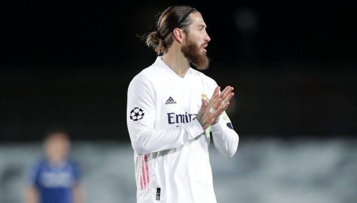 Sergio Ramos si guarda attorno