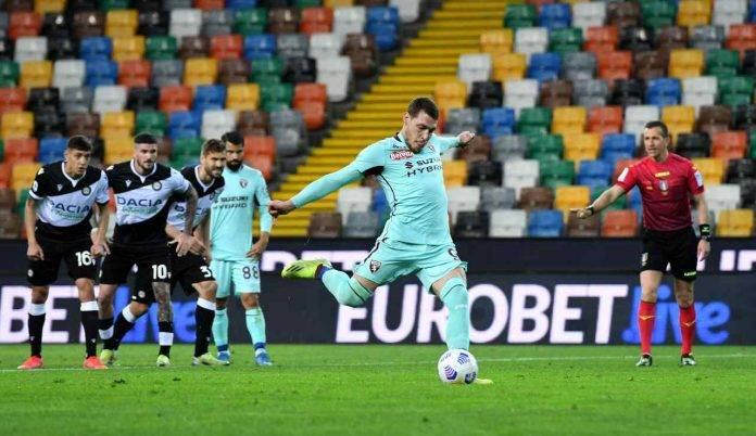 Belotti calcia il rigore in Udinese-Torino