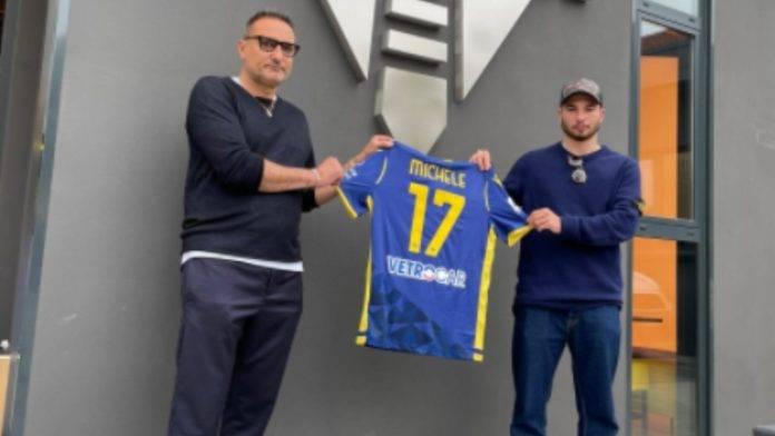 Setti ed il rider Michele in posa con la maglietta dell'Hellas Verona