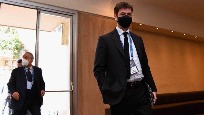 Andrea Agnelli prima di una riunione di Lega