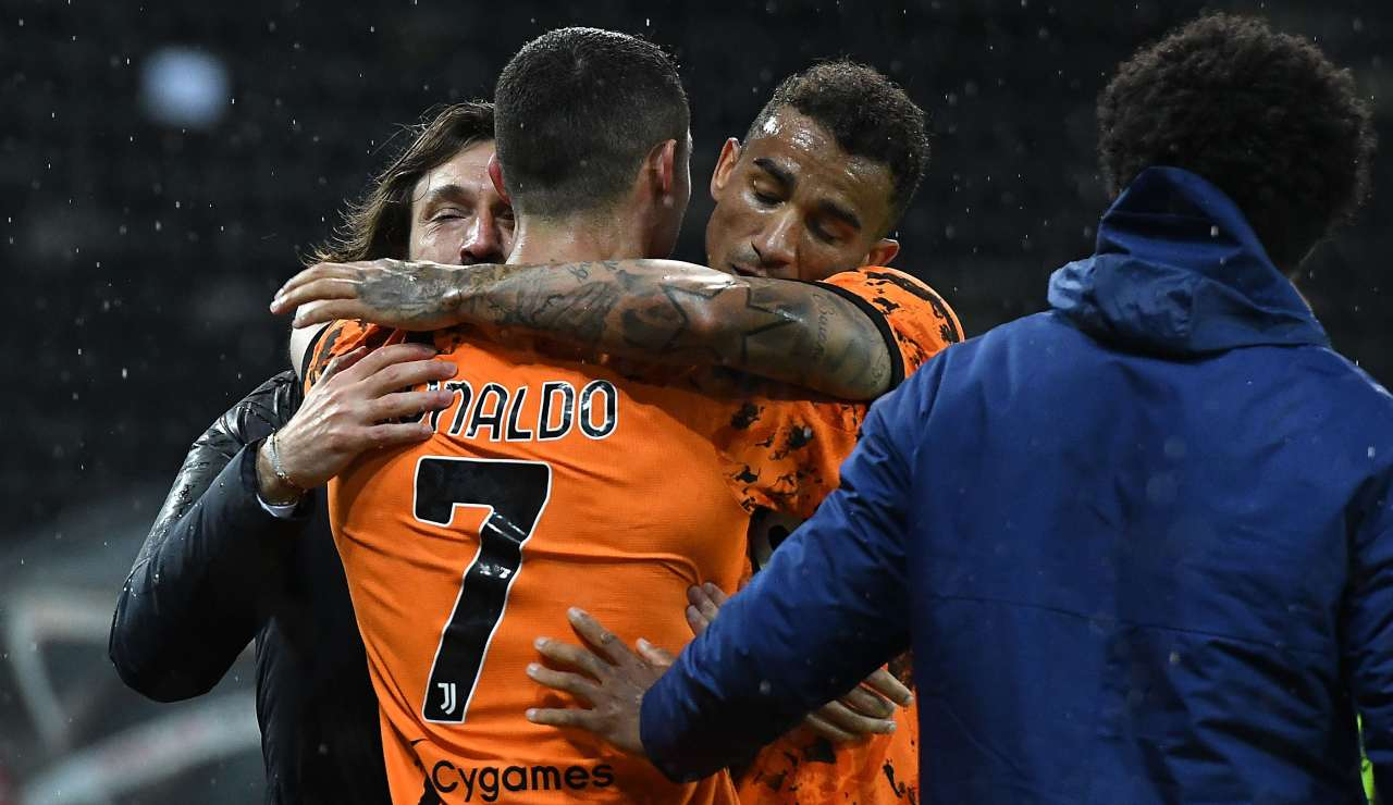 Andrea Pirlo e Danilo abbracciano Ronaldo