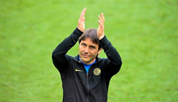 Antonio Conte applaude i suoi tifosi
