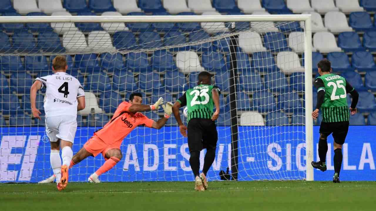 Buffon para il rigore a Berardi in Sassuolo-Juventus